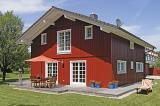 ein rotes haus im chiemgau alpenl ndisches haus. Black Bedroom Furniture Sets. Home Design Ideas